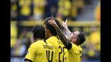 El delantero español de Borussia Dortmund Paco Alcácer, derecha celebra tras anotar el cuarto gol de su equipo en un partido de la Bundesliga contra Ausburg el sábado, 17 de agosto del 2019. (AP Foto/Martin Meissner)