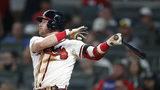 Josh Donaldson de los Bravos de Atlanta batea un jonrón en el sexto inning ante los Bravos de Atlanta, el sábado 17 de agosto de 2019. (AP Foto/John Bazemore)