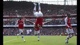 El delantero de Arsenal Pierre-Emerick Aubameyang, en el aire, celebra tras anotar el segundo gol de su equipo en un partido de la LIga Premier inglesa contra Burnley en Londres el sábado, 17 de agosto de 2019. (Yui Mok/PA via AP)