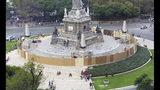 Autoridades mexicanas tapian el icónico monumento del Ángel de la Independencia un día después de que manifestantes lo rayaran con grafiti en Ciudad de México, el sábado 17 de agosto de 2019. (AP Foto/Amy Guthrie)