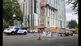 Vehículos y barricadas policiales cierran calles en el centro de Portland, Oregon, EEUU, 16 de agosto de 2019. La ciudad se apresta a ser escenario el sábado 17 de agosto de 2019 de actos de la extrema derecha y de grupos autotitulados antifascistas. (AP Foto/Gillian Flaccus)