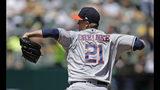 El abridor Zack Greinke lanza por los Astros de Houston en el primer inning del choque con los Atléticos de Oakland, el domingo 18 de agosto de 2019, en Oakland, California. (AP Foto/Ben Margot)