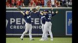 Ryan Braun (izquierda), Trent Grisham (centro) y Christian Yelich de los Cerveceros de Milwaukee tras la victoria ante los Nacionales de Washington, el sábado 17 de agosto de 2019. (AP Foto/Nick Wass)