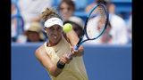 Madison Keys devuelve ante Svetlana Kuznetsova en la final del torneo de Cincinnati, el domingo 18 de agosto de 2019. (AP Foto/John Minchillo)