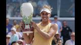 Madison Keys con el trofeo de campeona del torneo de Cincinnati tras vencer a Svetlana Kuznetsova en la final, el domingo 18 de agosto de 2019. (AP Foto/John Minchillo)