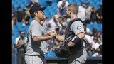 El abridor de los Marineros de Seattle Yusei Kikuchi estrecha la mano del cátcher Tom Murphy luego de lanzar una blanqueada contra los Azulejos de Toronto, el domingo 18 de agosto de 2019, en Toronto. (Fred Thornhill/The Canadian Press via AP)