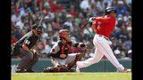 Rafael Devers (derecha) de los Medias Rojas de Boston conecta un doble ante los Orioles de Baltimore, el domingo 18 de agosto de 2019. (AP Foto/Michael Dwyer)