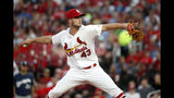 El abridor de los Cardenales de San Luis, Dakota Hudson, trabaja en el cuarto inning del duelo ante los Cerveceros de Milwaukee, el lunes 19 de agosto de 2019, en San Luis. (AP Foto/Jeff Roberson)