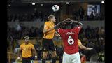 El mediocampista del Manchester United, Paul Pogba (6), reacciona tras fallar un penalti durante el partido de la Liga Premier inglesa contra Wolverhampton Wanderersen el estadio Molineux, en Wolverhampton, Inglaterra, el lunes 19 de agosto de 2019. (AP Foto/Rui Vieira)