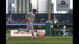 El jugador de los Nacionales de Washington, Matt Adams, pasa por tercera base luego de conectar un jonrón de dos carreras ante el abridor de los Piratas de Pittsburgh, Trevor Williams, derecha, en el primer inning de un juego de béisbol, el lunes 19 de agosto de 2019, en Pittsburgh. (AP Foto/Keith Srakocic)
