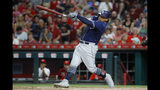 Josh Naylor, de los Padres de San Diego, conecta un elevado y llega a segunda base en error del jardinero izquierdo de los Rojos de Cincinnati José Peraza, en la quinta entrada del duelo del lunes 19 de agosto de 2019, en Cincinnati. (AP Foto/John Minchillo)