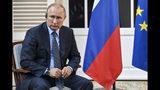 El presidente ruso Vladimir Putin escucha una pregunta en el Fuerte de Bregancon, en Bormes-les-Mimosas, en el sur de Francia, el lunes 19 de agosto de 2019. (Gerard Julien, Pool via AP)