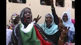 Activistas sudaneses festejan el acuerdo según el cual el movimiento civil compartirá el poder con los militares, en Jartum, el 17 de agosto del 2019. (AP Photo)
