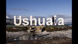 """Yeslie Aranda, de 57 años, llega a Ushuaia, Argentina, el sábado 17 de agosto de 2019. Aranda dejó su natal Venezuela el año pasado con una mochila, unos 30 dólares en su bolsillo y una prótesis de aluminio para emprender un viaje por el sur del continente. """"Quería estimular a la gente y decirles que pueden ir tras sus sueños sin importar su condición"""", dice. (Foto AP /Lujan Agusti)"""