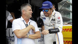 ARCHIVO - En esta foto del 17 de mayo del 2018, Gil de Ferran, izquierda, hablacon el español Fernando Alonso, durante una sesión de prácicas para la 500 milla de Indianapolis. (AP Foto/Michael Conroy)
