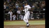 El jugador de los Diamondbacks de Arizona Carson Kelly llega al plato tras disparar un jonrón en el octavo inning del juego de la MLB que enfrentó a su equipo con los Rockies de Colorado, el 19 de agosto de 2019, en Phoenix. (AP Foto/Rick Scuteri)