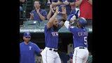 El venezolano Rougned Odor, al centro, felicita a su compañero de los Rangers de Texas Willie Calhoun, por su cuadrangular en el segundo inning del juego ante los Angelinos de Los Ángeles, el miércoles 21 de agosto de 2019, en Arlington, Texas. (AP Foto/Louis DeLuca)