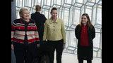 Izquierda a derecha, primera ministra noruega Erna Solberg, primera ministra danesa Mette Frederiksen y primera ministra islandesa Katrin Jakobsdottir arriban a la sala de conciertos Harpa en Reykiavik, martes 20 de agosto de 2019, para una reunión de mandatarios de países nórdicos. (AP Foto/Egill Bjarnason)