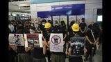 Manifestantes en Hong Kong ocupan la estación del tren suburbana Yuen Long, miércoles 21 de agosto de 2019, donde en julio los atacaron violentamente hombres vestidos con camisetas blancas. (AP Foto/Kin Cheung)