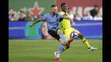 El defensor del New York City FC Maxime Chanot controla el balón frente al mediocampista del Columbus Crew Luis Argudo en la segunda mnitad del duelo de MLS del miércoles 21 de agosto de 2019, en Nueva York. (AP Foto/Kathy Willens)