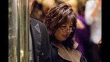 """ARCHIVO – En esta fotografía del 5 de diciembre de 2016 la ex fiscal Debra Wong Yang llega a la Trump Tower en Nueva York. La Ópera de Los Angeles nombró a Yang el martes 20 de agosto de 2019 como la encargada de una investigación """"independiente y exhaustiva"""" a las acusaciones por acuso sexual contra Plácido Domingo. La investigación surge tras un reportaje de The Associated Press en el que múltiples mujeres acusaban a Domingo de una conducta sexual inapropiada. (Foto AP/Andrew Harnik, archivo)"""