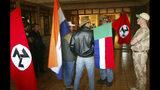 """ARCHIVO - En esta foto de archivo, partidarios del Movimiento de Resistencia Afrikaner sostienen la vieja bandera sudafricana, 2da izquierda, la bandera """"Vierkleur"""" y banderas similares a esvásticas. El Tribunal de Igualdad sudafricano declaró el miércoles que la exhibición de la bandera de la época del apartheid equivale a una declaración de odio y discriminación racial. (AP Foto, FILE)"""