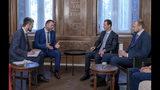 En esta imagen, distribuida por la agencia noticiosa oficial siria, SANA, el presidente del país, Bashar Assad (segundo por la derecha), se reúne con una delegación rusa en Damasco, Siria, el 20 de agosto de 2019. (SANA vía AP)