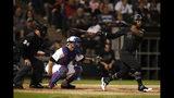 El jugador de los Medias Blancas de Chicago, el dominicano Leury Garcia, observa su doble productor delante del receptor de los Rangers de Texas, Jeff Mathis, y el umpire del plato, Sam Holbrook, durante el cuarto inning de un juego de béisbol, el viernes 23 de agosto de 2019, en Chicago. (AP Foto/Jeff Haynes)