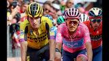 ARCHIVO - En esta foto del 31 de mayo del 2019, el esloveno Primoz Roglic, izquierda, el ecuatoriano Richard Antonio Carapaz Montenegro y el italiano Vincenzo Nibali, derecha, cruzan la meta al final de la 19na etapa del Giro de Italia en San Marino di Castrozza. (Alessandro Di Meo/ANSA via AP, File)