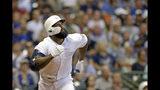 Eric Thames, de los Cerveceros de Milwaukee, comienza a correr tras batear un jonrón en el cuarto inning del duelo ante los Diamondbacks de Arizona, el sábado 24 de agosto de 2019 (AP foto/Aaron Gash)