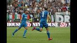 El capitán de Juventus Giorgio Chiellini, derecha, celebra con su compañero Mattia De Sciglio tras anotar el gol de su equipo congra Parma en la apertura de la campaña de la Serie A el sábado, 24 de agosto del 2019. (AP Foto/Antonio Calanni)