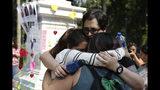 Mujeres se abrazan durante un memorial para las mujeres asesinadas en el parque Alameda en Ciudad de México, el sábado 24 de agosto de 2019. (AP Foto/Ginnette Riquelme)