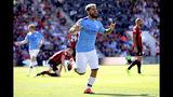 El argentino Sergio Agüero festeja luego de anotar el tercer gol del Manchester City en el partido de la Liga Premier ante Bournemouth, el domingo 25 de agosto de 2019, en el estadio Vitality, de Bournemouth, Inglaterra. (Adam Davy/PA vía AP)