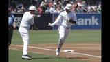Manny Machado (derecha) de los Padres de San Diego saluda al coach de tercera base Glenn Hoffman tras batear un jonrón ante los Medias Rojas de Boston, el domingo 25 de agosto de 2019. (AP Foto/Gregory Bull)