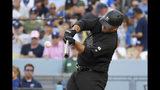 Mike Ford, de los Yanquis de Nueva York, batea un jonrón en el sexto inning del encuentro ante los Dodgers de Los Ángeles, el domingo 25 de agosto de 2019 (AP Foto/Mark J. Terrill)