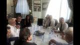 En esta fotografía tomada de la cuenta en Twitter del canciller iraní Mohamed Javad Zarif puede verse al presidente francés Emmanuel Macron, derecha, y al canciller francés Jean-Yves le Drian, segundo de derecha a izquierda, reunidos con Zarif, a la izquierda de camisa blanca, el domingo 25 de agosto de 2019 en Biarritz, en el suroeste de Francia. (Cuenta en Twitter del canciller iraní Mohamed Javad Zarif vía AP)