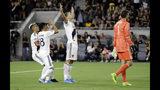Zlatan Ibrahimovic del Galaxy de Los Angeles (cent) celebra son sus compañeros tras anotar en el partido contra Los Angeles FC el 25 de agosto del 2019, en Los Ángeles. (AP Photo/Marcio Jose Sanchez)