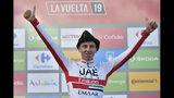 El esloveno Tadej Pogacar, del equipo UAE Emirates, festeja en el podio portando una boina regional después de ganar la 13ra etapa de la Vuelta a España, un tramo de 166,4 kilómetros (103,4 millas), en Los Machucos, España, el viernes 6 de septiembre de 2019. (AP Foto/Álvaro Barrientos)