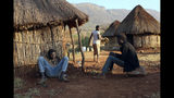 Empleados de una granja lechera de Robert Mugabe hacen tiempo el 9 de septiembre en Mazoe. El exhombre fuerte de Zimbabue dejó una decena de granjas que enfrentan un futuro incierto tras su muerte. (AP Photo/Tsvangirayi Mukwazhi)