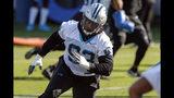 ARCHIVO - En esta foto de archivo del 11 de junio de 2019, el defensive tackle de los Panthers de Carolina, Gerald McCoy, entrena durante una práctica del equipo de la NFL en Charlotte, Carolina del Norte. (AP Foto/Nell Redmond, Archivo)