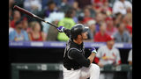 Nolan Arenado, de los Rockies de Colorado, conecta un jonrón de dos carreras en el primer inning del juego ante los Cardenales de San Luis, el martes 10 de septiembre de 2019 (AP Foto/David Zalubowski)