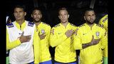 Jugadores de la selección de Brasil escuchan el himno nacional antes del amistoso contra Perú, el 10 de septiembre de 2019, en Los Ángeles. (AP Foto/Marcio Jose Sanchez)