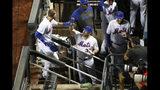 Mickey Callaway, manager de los Mets de Nueva York, felicita a Jeff McNeil, quien vuelve a la cueva tras conectar un jonrón de dos carreras en la sexta entrada del encuentro del miércoles 11 de septiembre de 2019, ante los Diamondbacks de Arizona (AP Foto/Kathy Willens)