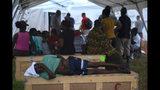 Un hombre mayor espera ser atendido en un hospital improvisado por el grupo Samaritan's Purse tras el paso del huracán Dorian en Freeport, Bahamas, el martes 10 de septiembre de 2019. (AP Foto/Ramón Espinosa)