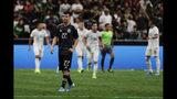 El delantero mexicano Hirving Lozano (22) en la cancha tras el gol de penal del volante argentino Leandro Paredes (5) en un partido amistoso, el martes 10 de septiembre de 2019, en San Antonio. (AP Foto/Eric Gay)
