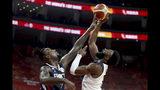El francés Mathias Lessort, izquierda, trata de bloquear un tiro del estadounidense Jaylen Brown durante un duelo por los cuartos de final de la Copa del Mundo de la FIBA en Dongguan, China, el miércoles 11 de septiembre de 2019. Francia venció 89-79 a Estados Unidos. (AP Foto/Ng Han Guan)