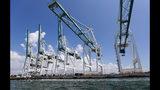 Enormes grúas listas para descargar contenedores en el puerto de Miami, en foto del 24 de julio del 2019. Las tarifas a la importación que Donald Trump ha fijado o amenaza con imponer pueden tener graves consecuencias para el comercio mundial. (AP Photo/Wilfredo Lee, File)