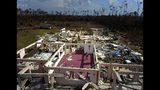 El pastor Jeremiah Saunders posa para una fotografía entre las ruinas de su iglesia, destruida tras el paso del huracán Dorian, en High Rock, Gran Bahama, Bahamas, el 11 de septiembre de 2019. (AP Foto/Ramón Espinosa)