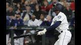 El jugador de los Marineros de Seattle Kyle Lewis observa la trayectoria de la bola tras sacudir un bambinazo de tres carreras en el séptimo inning del juego de la MLB que enfrentó a su equipo con los Rojos de Cincinnati, el 11 de septiembre de 2019, en Seattle. (AP Foto/Ted S. Warren)