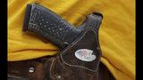 ARCHIVO - Esta foto de archivo del 14 de abril del 2018 muestra a un hombre luciendo una pistola enfundada durante una manifestación pro armas en Austin, Texas. (AP Foto/Eric Gay, Archivo)